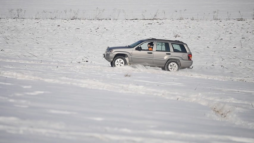 çöküş : skidding car in the snow Stok Video