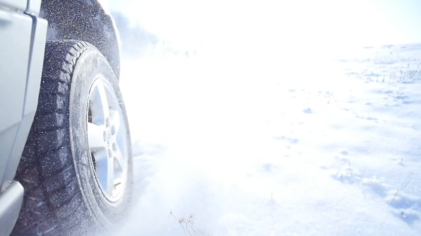 excesso de velocidade : 21.01.2018, Chernivtsi, Ukraine - Driving through thick snow with snow flicking up on camera