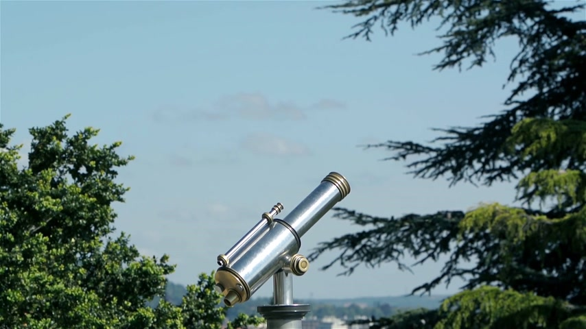jasně : Binoculars for sightseeing from the highest point of the city on a windy day