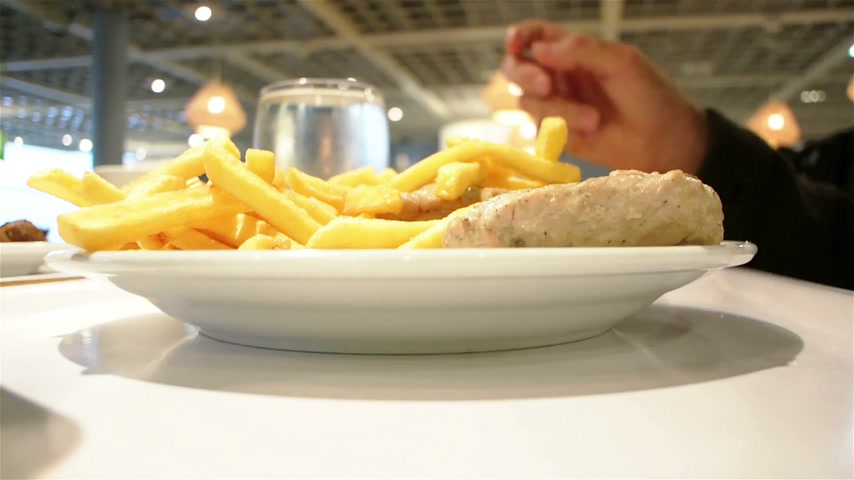 hiç kimse : Man eating quickly fast-food restaurant french fries with meat