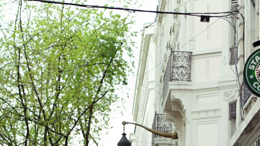 franczyza : PARIS, FRANCE - NOVEMBER 09, 2014:  Starbucks Coffee coffeehouse logo panning in Paris. Starbucks is the largest coffeehouse company in the world Wideo