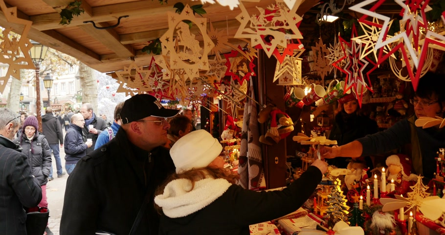 nákupy : COLMAR, FRANCE - DEC 18, 2014: People doing Christmas shopping at traditional market chalet of new year and Christmas hand-made wooden gifts. Shot on UHD 4K Production Digital Camera - easy to crop and edit Dostupné videozáznamy