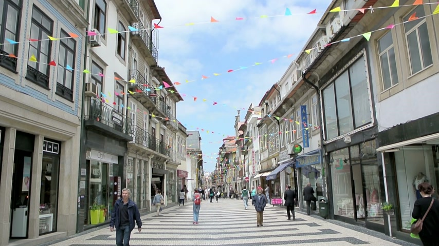 admirado : PORTO, PORTUGAL - 2 JUNE, 2014: Typical shopping street in Porto, one of the most admired city in Portugal