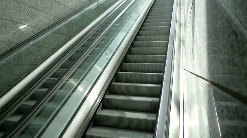 portugalsko : Modern escalator in movement - going down