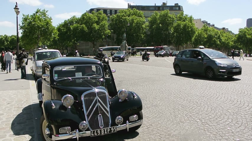 chegada : PARIS, FRANCE - CIRCA 2015: Old rare luxury Citroen 7CV (known Citroen Traction Avant) executive car parked in Place Vauban, Paris, France. French manufacturer Citroen built them from 1934 to 1958
