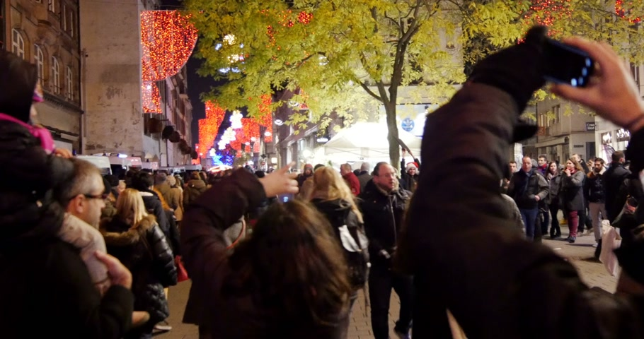 faház : STRASBOURG, FRANCE - CIRCA DEC 2014: People photographing on their smartphones Christmas decoration at Strasbourg Christmas market - one of the most beautiful in Europe. Strasbourg, Alsace Stock mozgókép
