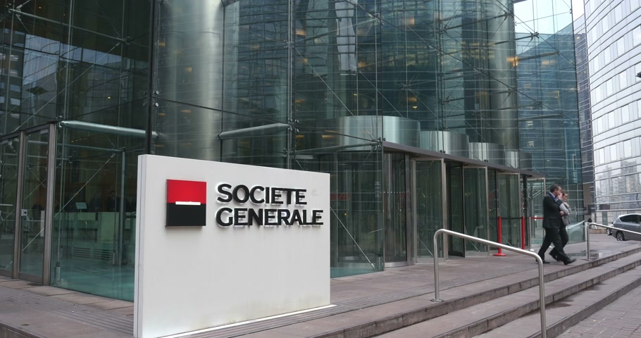 waluta : PARIS, FRANCE - CIRCA JAN., 2015:  Societe Generale (SocGen, GLE)  bank exterior and sign.  It has several branches - Retail Banking and Specialized Financial Services , Corporate and Investment Banking and Global Investment Management and Services.