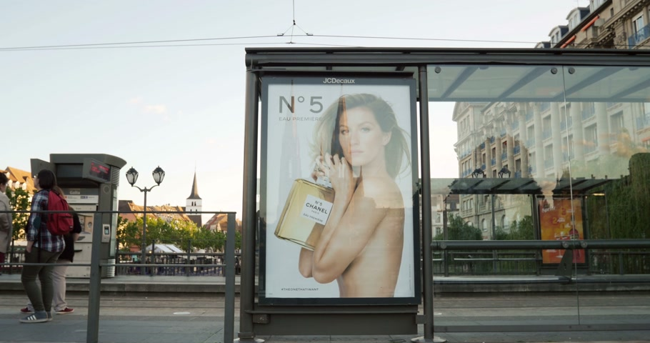 kampaň : STRASBOURG, FRANCE - MAY 2015: Chanel ad for Chanel No.5 fragrance advertising campaign at tramway station in Strasbourg, France