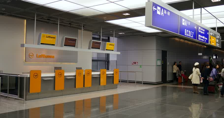 checagem : FRANKFURT GERMANY CIRCA 2015:  Lufthansa checkin desk at Frankfurt Airport in Germany