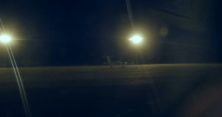 jato : Corporate jet parked in empty airport at night Vídeos