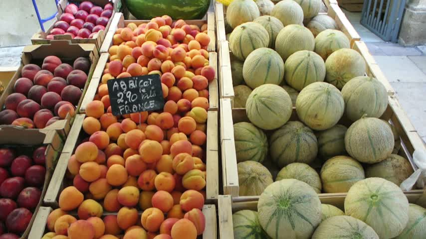 базарная площадь : AIX-EN-PROVENCE, FRANCE - CIRCA 2015: Melons, apricots, plums, water melons freshly-picked on sale at farmers market in the iconic Place Richelme, Aix-en-Provence, Provence, France