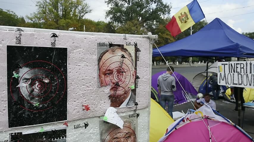 bancário : CHISINAU, MOLDOVA - SEP 2015 Protesters camp outside government of Moldova in the Main Square of the National Assembly with socialist Igor Dodon portrait as dart target Vídeos