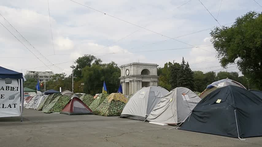 bancário : CHISINAU, MOLDOVA - SEP 2015 Protesters camp outside government of Moldova in the Main Square of the National Assembly They seek the dismissal of officials after the 1 bn euro went missing from banks