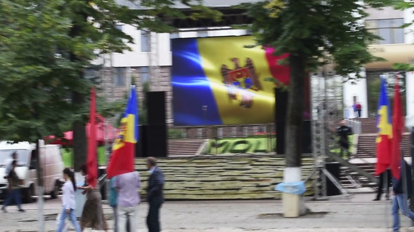 igor : CHISINAU, MOLDOVA - SEP 2015 Protesters camp outside Parliament House of Moldova with anti oligarch banner. They seek the dismissal of officials after the 1 bn euro went missing from banks Stock Footage
