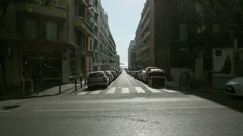 diretamente : MARSEILLE, FRANCE - CIRCA 2015: Avenue Pasteur view with perspective on Rue Papety directly to the sea beach of Anse des Catalans