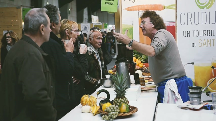 akademický : STRASBOURG, FRANCE - CIRCA 2016: Fresh juice preparing master class atelier at stall during Bio organic food fair
