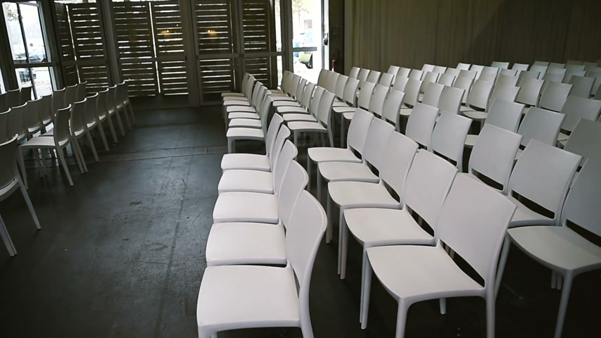 конференция : Rows of white empty Charis ready for a public seminar, coaching seminar, public lesson, training event Стоковые видеозаписи