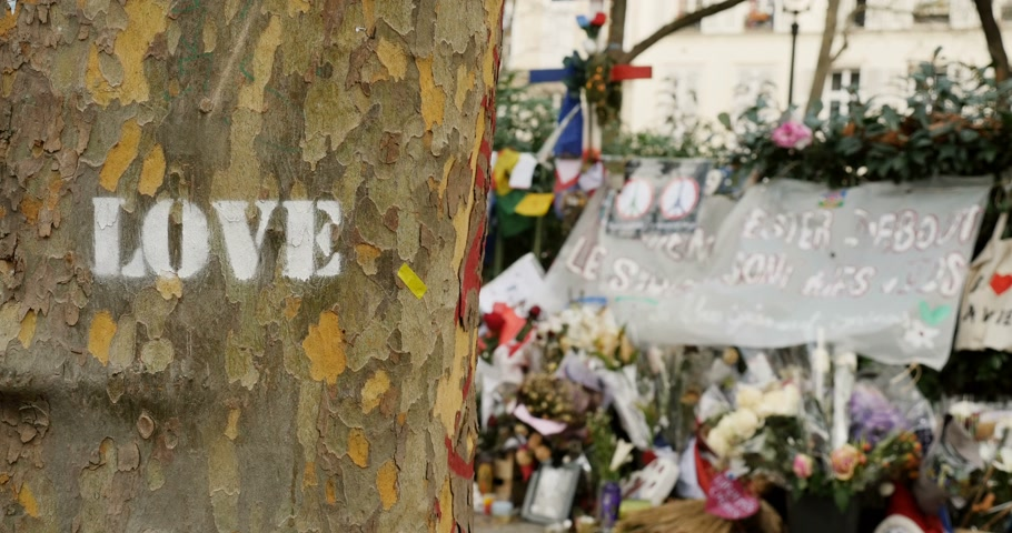 je suis charlie : Love graffiti on tree near Bataclan Theater - people, candles and messages objects are placed as tributes to victims after the Paris terrorist attack