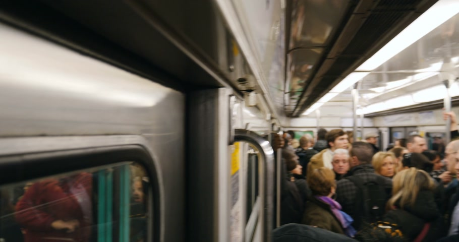 метро : PARIS, FRANCE - FEB 2016: Paris Metro train wagon full with people during rush hour Стоковые видеозаписи
