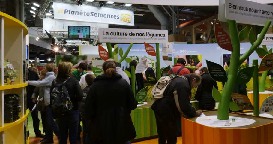 výstava : PARIS, FRANCE - FEB 2016: Bonduelle stand with games at the Agricultural Show - Salon International de Agriculture. Bonduelle is a conglomerate with produce diverse fruits and vegetables products Dostupné videozáznamy