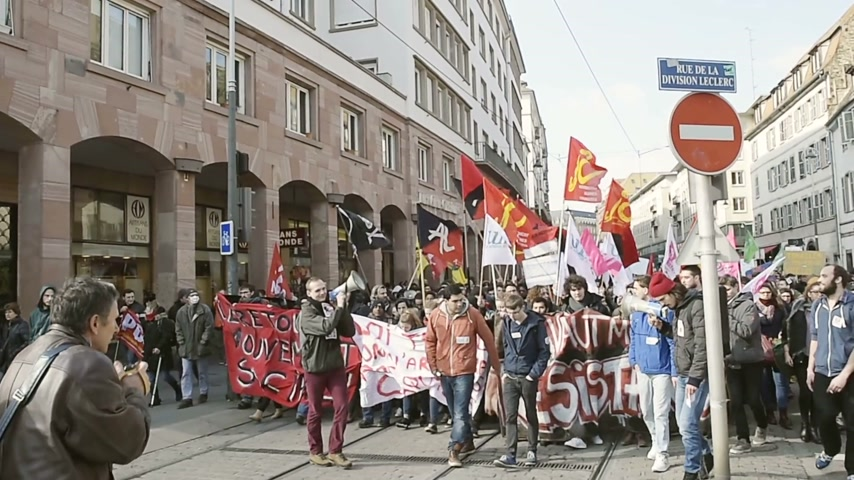protesto : STRASBOURG, FRANCE - 9 MAR 2016: Thousands of people demonstrate as part of nationwide day of protest against proposed labor reforms by Socialist Government in the center of Strasbourg