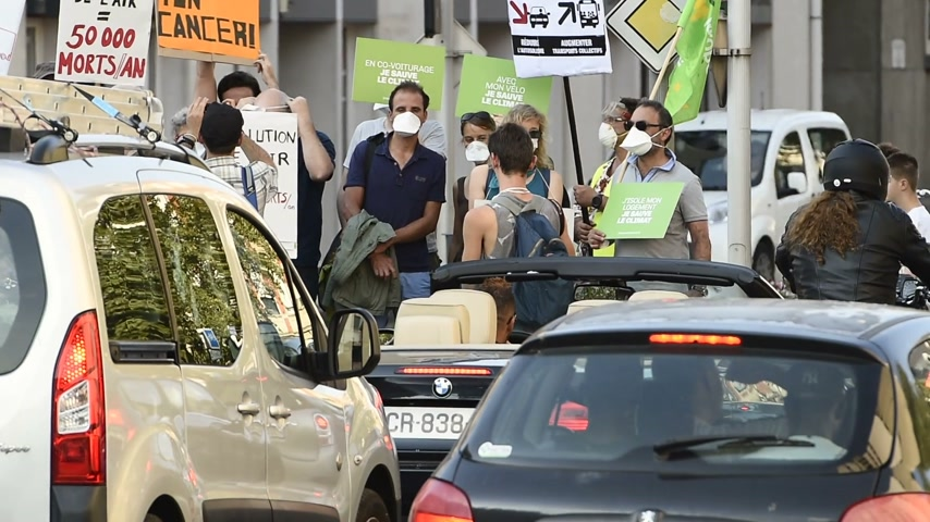 környezetszennyezés : STRASBOURG, FRANCE - AUG 6, 2015: People wearing air masks protesting against air pollution in Strasbourg, Alsace, France - crowd protesting at busy crossroad