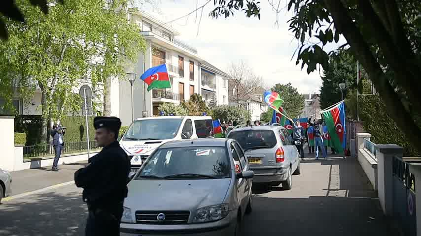 unrest : STRASBOURG, FRANCE - APR 8, 2016: Azerbaijani diaspora protest outside Azerbaijan Embassy against the 2016 clashes in Nagorno-Karabakh, the region disputed by Armenia and Azerbaijan