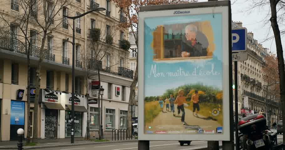 sokak lâmbası direği : PARIS, FRANCE - CIRCA 2016: Paris street in the morning with pedestrians, cars and typical French buildings and advertising banner with diverse ads