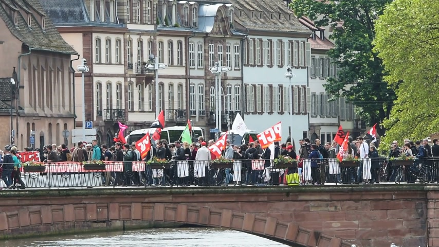 protestor : STRASBOURG, FRANCE - MAY 19, 2016: Protestors over Pont du Corbeau during a demonstrations against proposed French governments labor and employment law reform Stock Footage