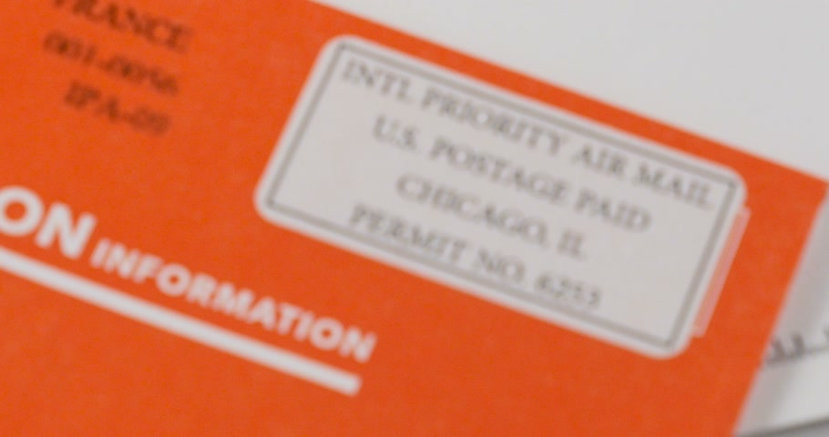 felpudo : LONDON, UNITED KINGDOM - CIRCA 2016: International Priority Mail envelope - zoom out from the special post stamp