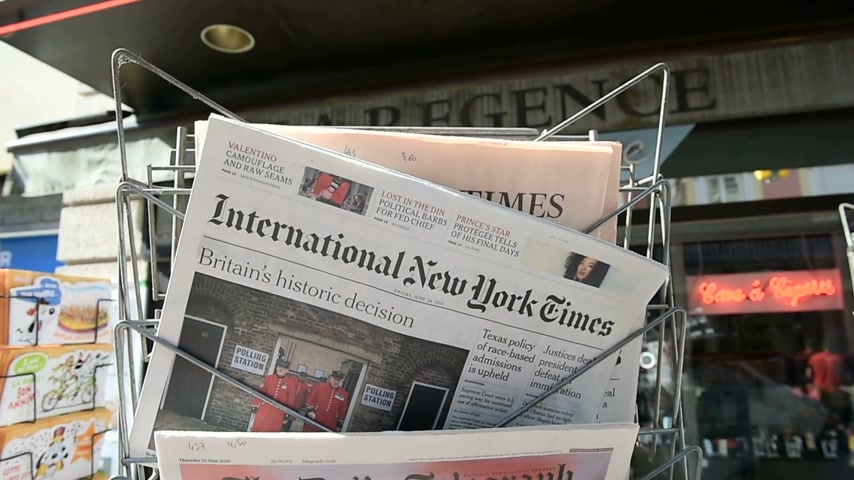telegrafo : Strasburgo, Francia - 24 Giugno 2016: internazionale del New York Times, Financial Times, The Daily Telegraph e altri titoli importanti giornali del titolo a stampa chiosco sul referendum Brexit nel Regno Unito che ha deciso il paese vuole uscire dal