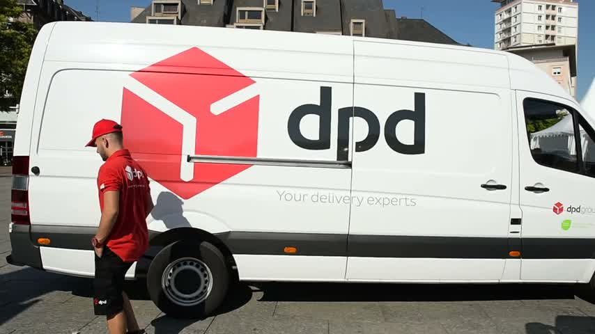 kurier : STRASBOURG, FRANCE - CIRCA 2016: Courier unloading Red DPD group delivery van in center of the city. DPD group is part of French group La poste Wideo