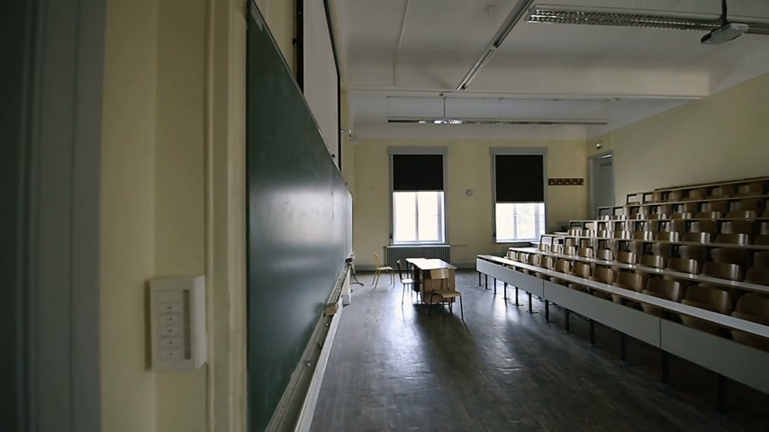 profesor : Large Empty university hall lecture room - tilt-down from roof to tables and board with mathematical formula