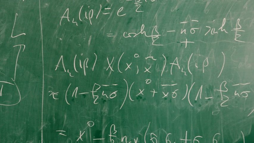 matemática : Chalkboard with large mathematical formulas in high-school college university classroom Vídeos