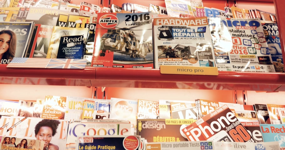 broszura : PARIS, FRANCE - CIRCA 2016: Interior of press kiosk with covers of entertainment, computer games, hardware, personal computers, mac, console games and other leisure activities magazines covers