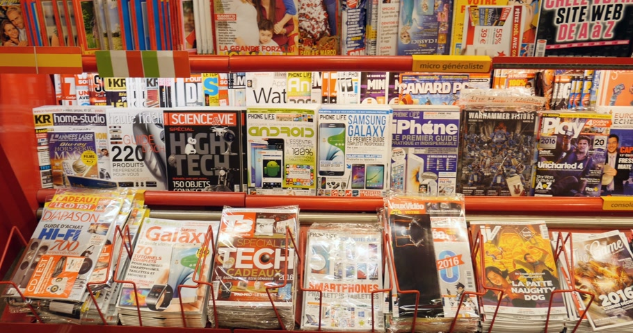 broszura : PARIS, FRANCE - CIRCA 2016: Interior of press kiosk with covers of entertainment, computer games, console games and other leisure activities magazines covers Wideo