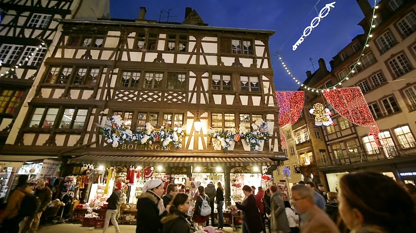 perdão : STRASBOURG, FRANCE - CIRCA 2016: Christmas Market atmosphere to the iconic Maison Bollinger timbered house
