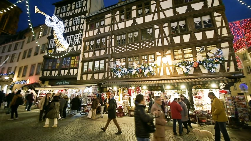 perdão : STRASBOURG, FRANCE - CIRCA 2016: Christmas Market atmosphere to the iconic Maison Bollinger timbered house and Notre-Dame Cathedral admired by tourists on Rue Merciere Vídeos