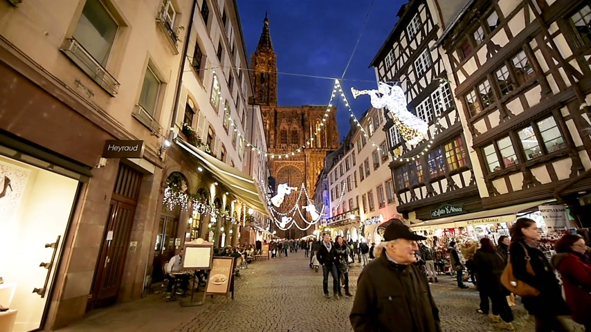 perdão : STRASBOURG, FRANCE - CIRCA 2016: Christmas Market atmosphere with  Notre-Dame Cathedral admired by tourists on Rue Merciere Vídeos