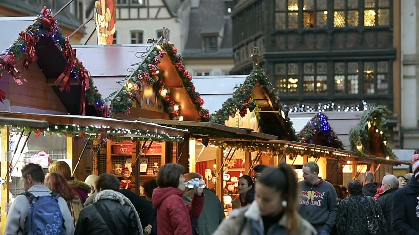 базарная площадь : STRASBOURG, FRANCE - CIRCA 2016: Tourists, kids, families admiring the Christmas Market toys and traditional foods with the Kammerzell House in the  background, Place de la Cathedral