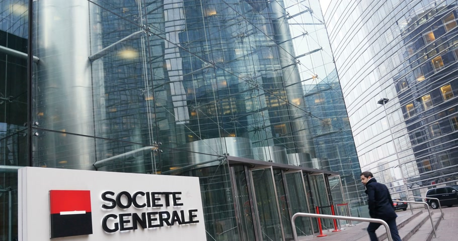 идущий : PARIS, FRANCE - CIRCA 2016: Businessmen entering exiting Societe Generale (SocGen, GLE) bank headquarter in La Defense, Paris, France  on a working business day