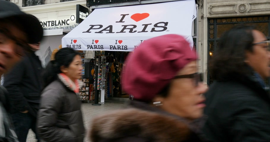 alışveriş : PARIS, FRANCE - Circa 2015: I Love Paris souvenir shop on Champs Elysee with pedestrians both locals and tourists travel admiring the city buying souvenirs Stok Video
