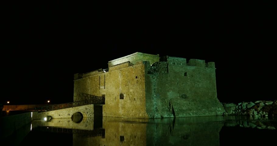 ciprus : Medieval Castle of Paphos at night