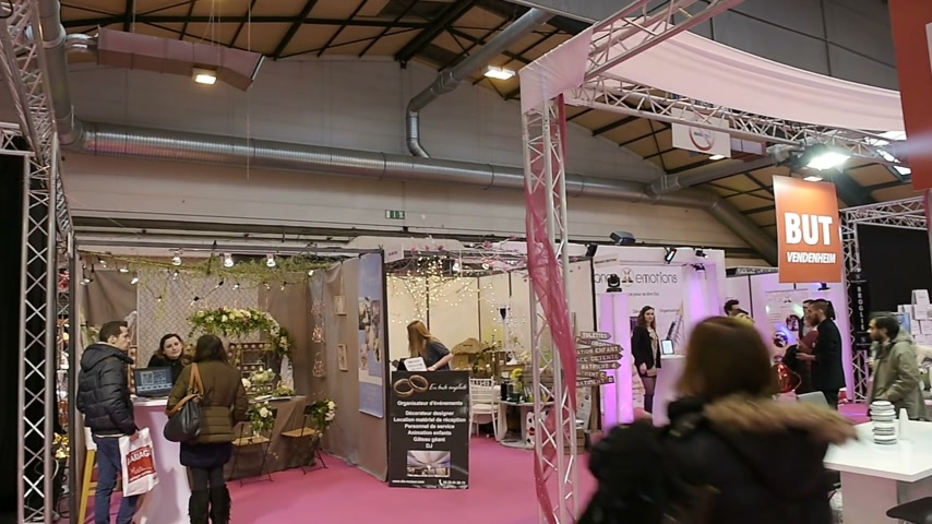 výstava : STRASBOURG, FRANCE - JAN 8, 2017: Jewelers preparing stand for customers to buy wedding and engagement rings at Salon du Marriage, the guide exhibition for bridal and formal wear industry