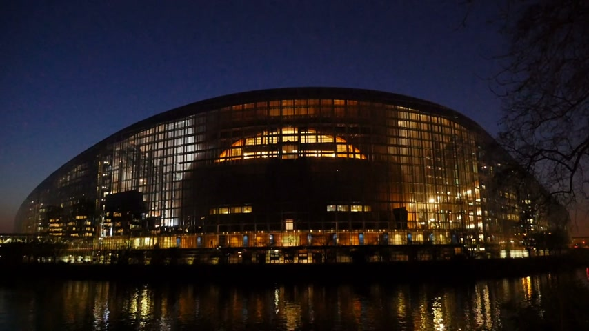 europeu : Beautiful European Parliament building in Strasbourg, France at dusk