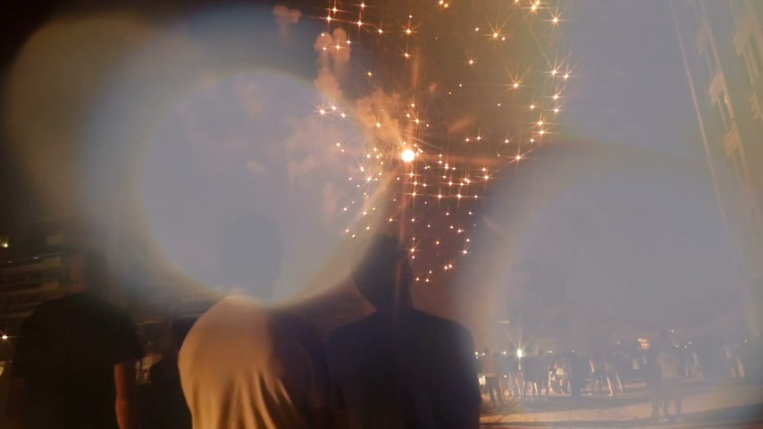 июль : Male couple taking on mobile smartphone the fireworks display explosion as they admire the explosion on a national holiday party - slow motion footage