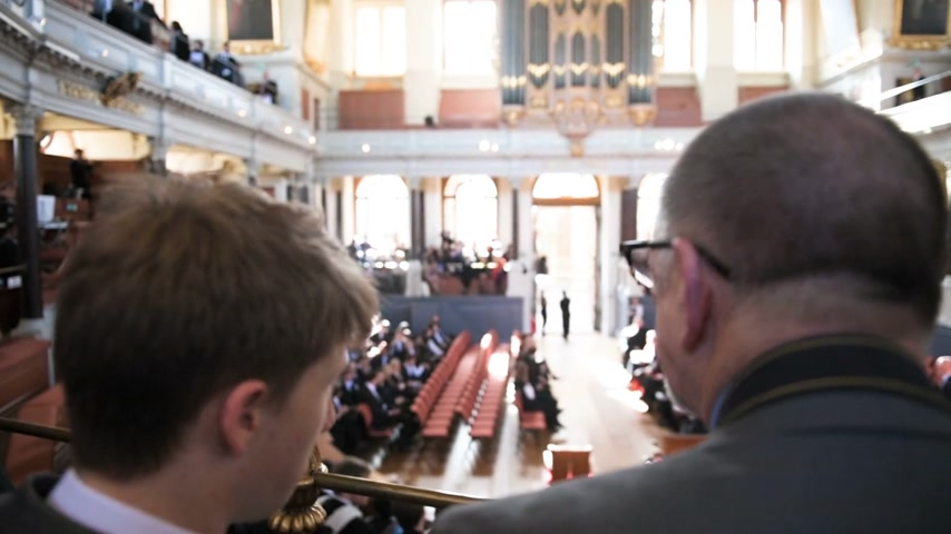 groupe : OXFORD, UNITED KINGDOM - CIRCA 2017: Rear view of father and son and other guests assisting at Graduation Ceremony inside Sheldonian Theatre in Oxford, United Kingdom  - focus to students graduates Stock Footage