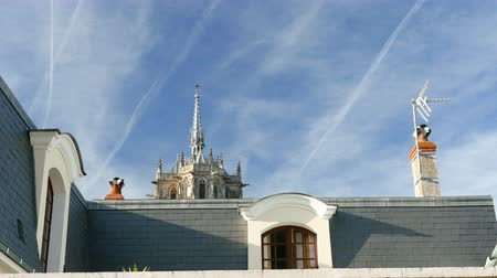saray : Spire of Amboise Chateau castle seen front the street through houses and roofs Stok Video
