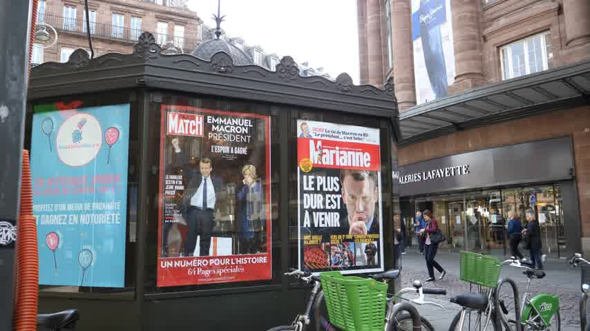 lafayette : STRASBOURG, FRANCE - MAY 15, 2017: French city press kiosk with Paris Match and Marianne magazine with Emmanuel Macron and his wife Brigitte Trogneux during handover ceremony presidential inauguration of the newly elected French President Emmanuel Macron  Stock Footage
