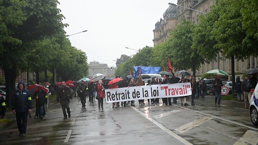contra : STRASBOURG, FRANCE - MAY 12, 2016: Retire labor law placard as thousand of people demonstrate as part of nationwide day of protest against labor reforms by France Government